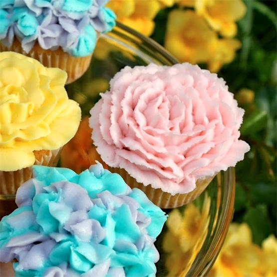 An easy tutorial to decorate your cupcakes with flowers on top!