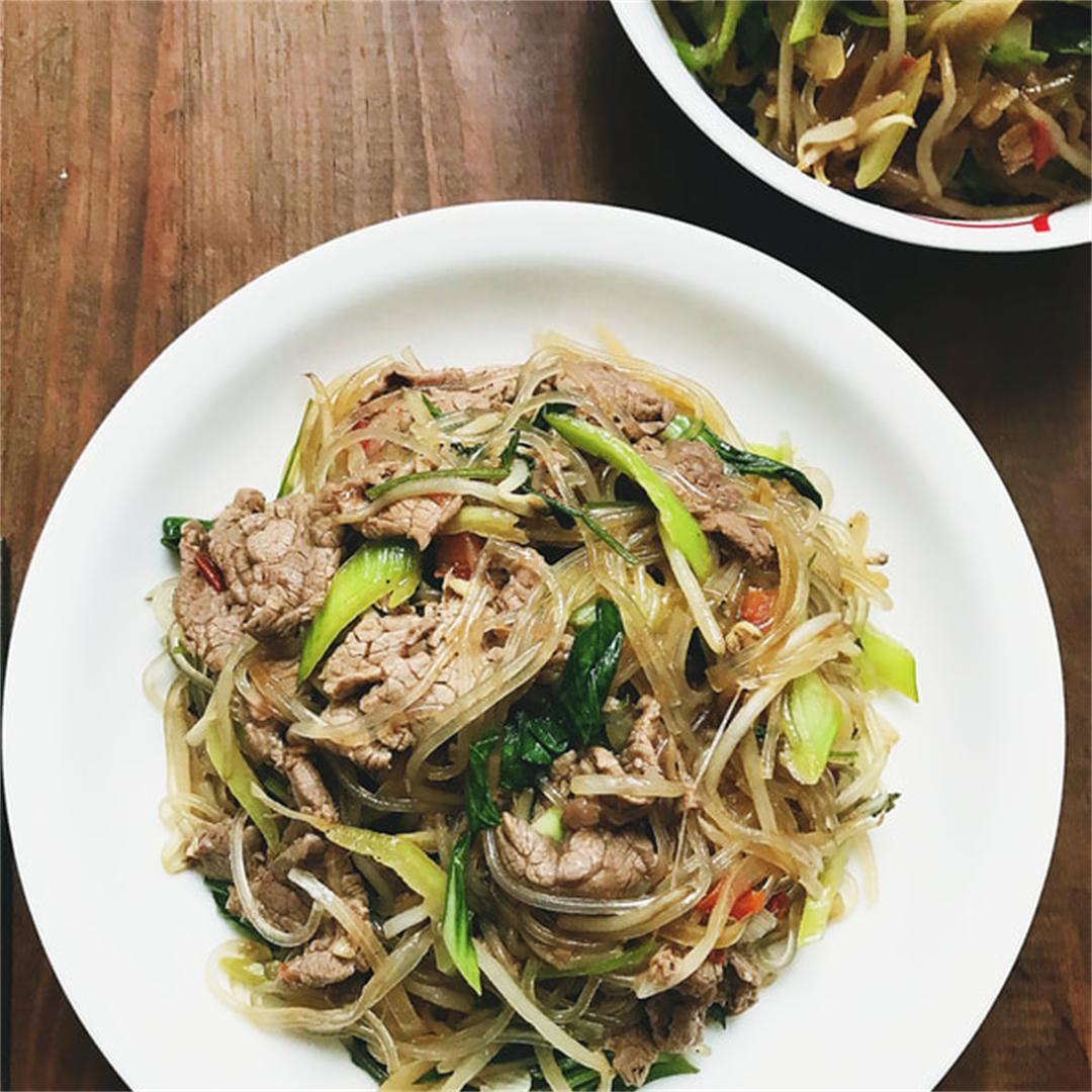 Simple Asian stir-fried beef noodles
