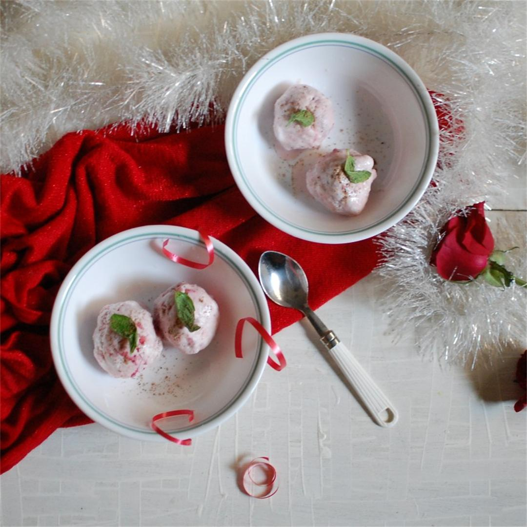 Strawberry ice-cream with cardamom flavor