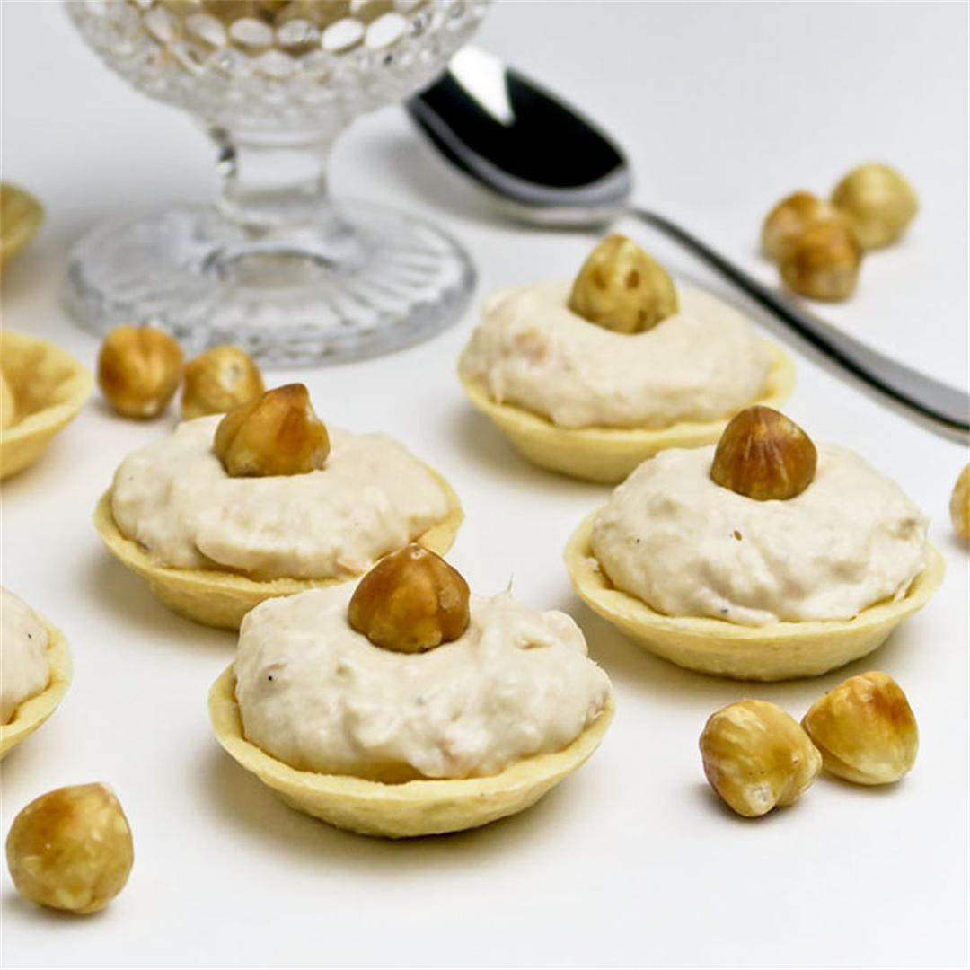 Crunchy cups with creamy salmon mousse: gorgeous appetizers!