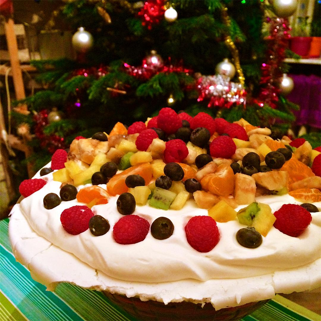 Tutti frutti Pavlova with lemon curd topping