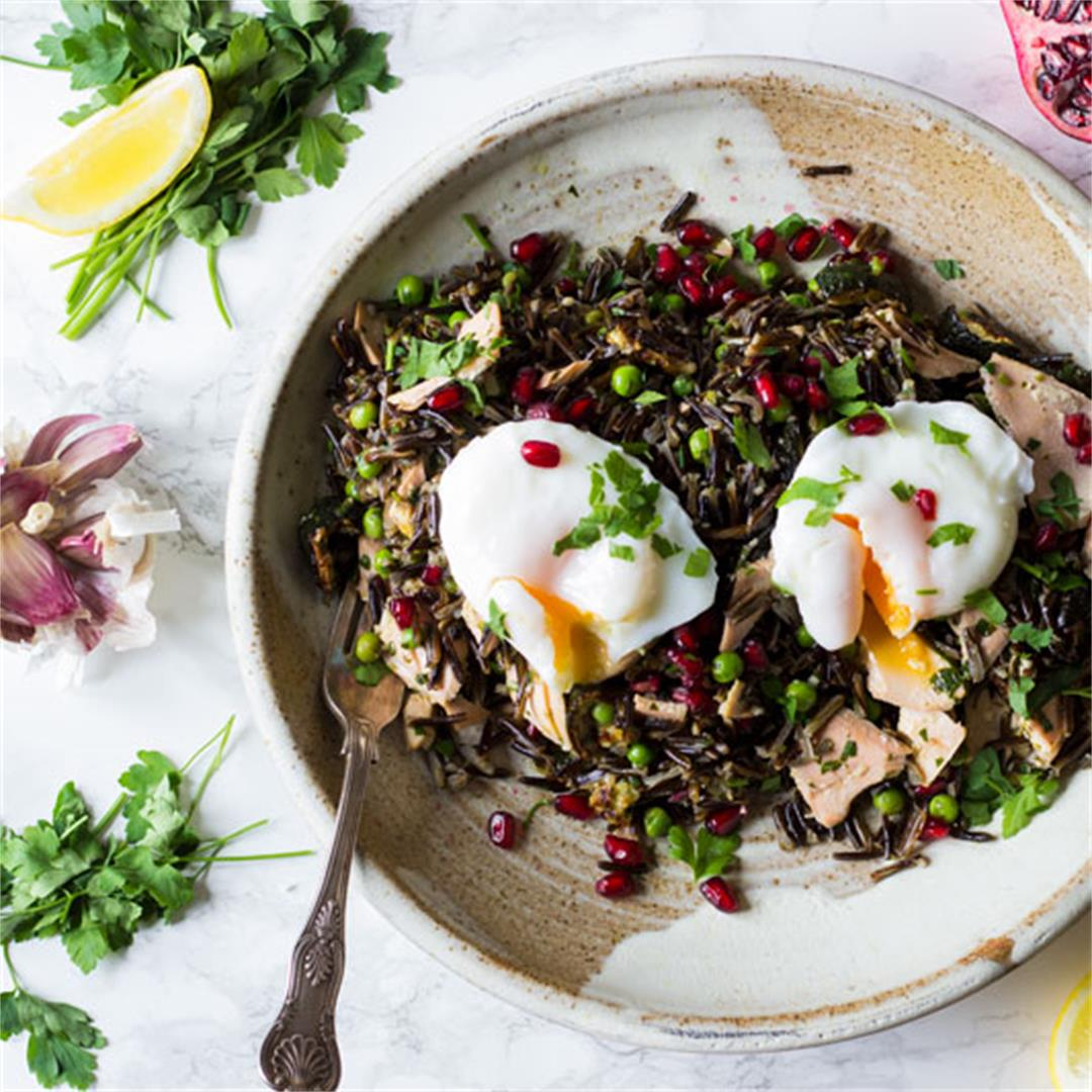 Wild rice salad with salmon and egg