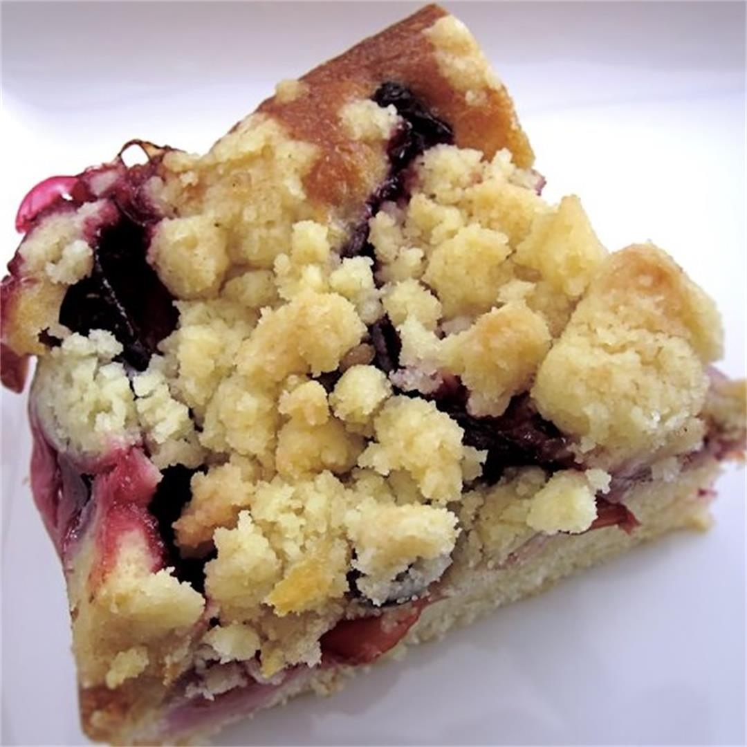 Crumble cake with plums