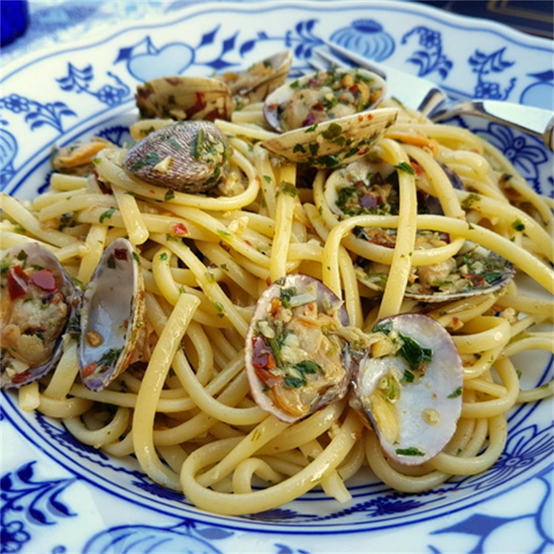 Linguine alle Vongole (Italian linguine with clams)