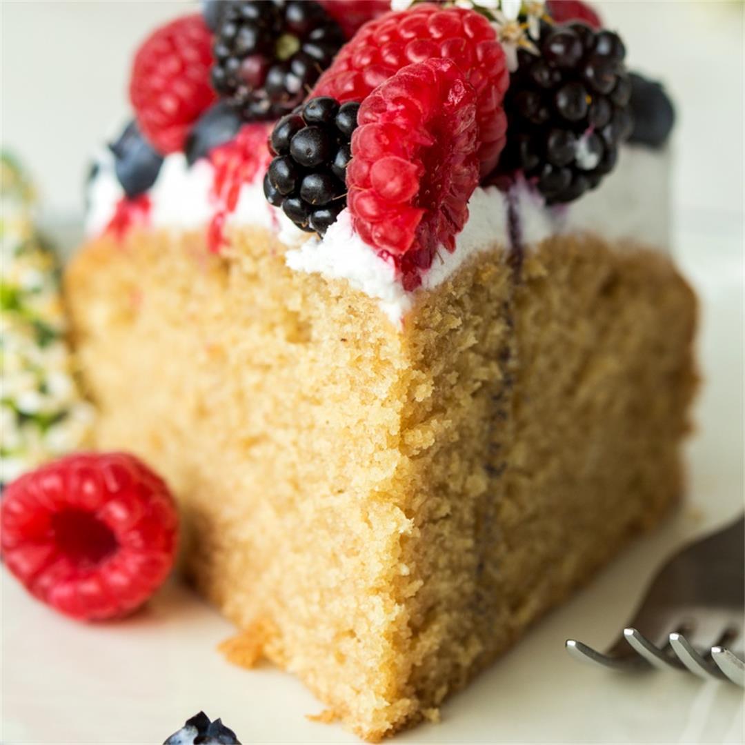 Vegan sponge with berries and cream