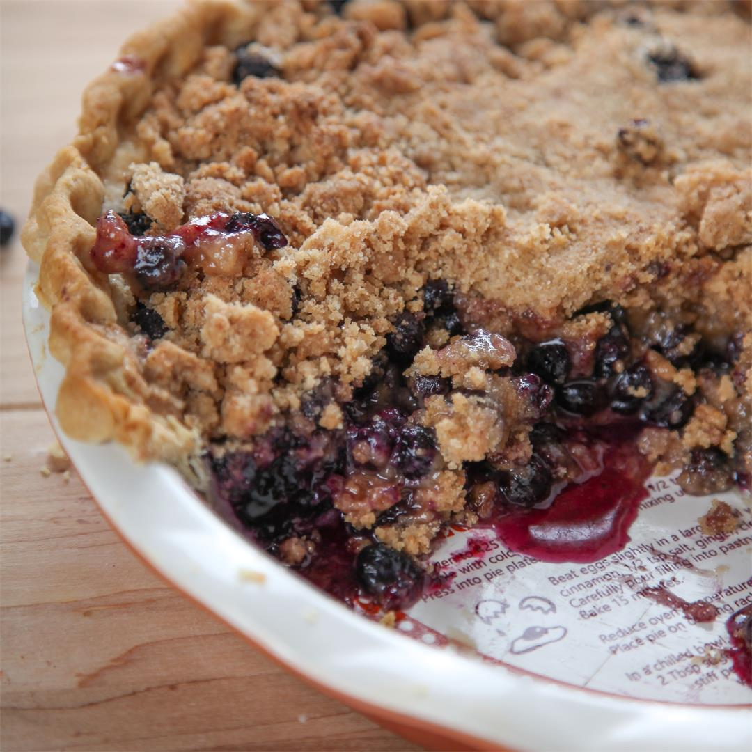Sweet blueberry pie with a crunchy topping!