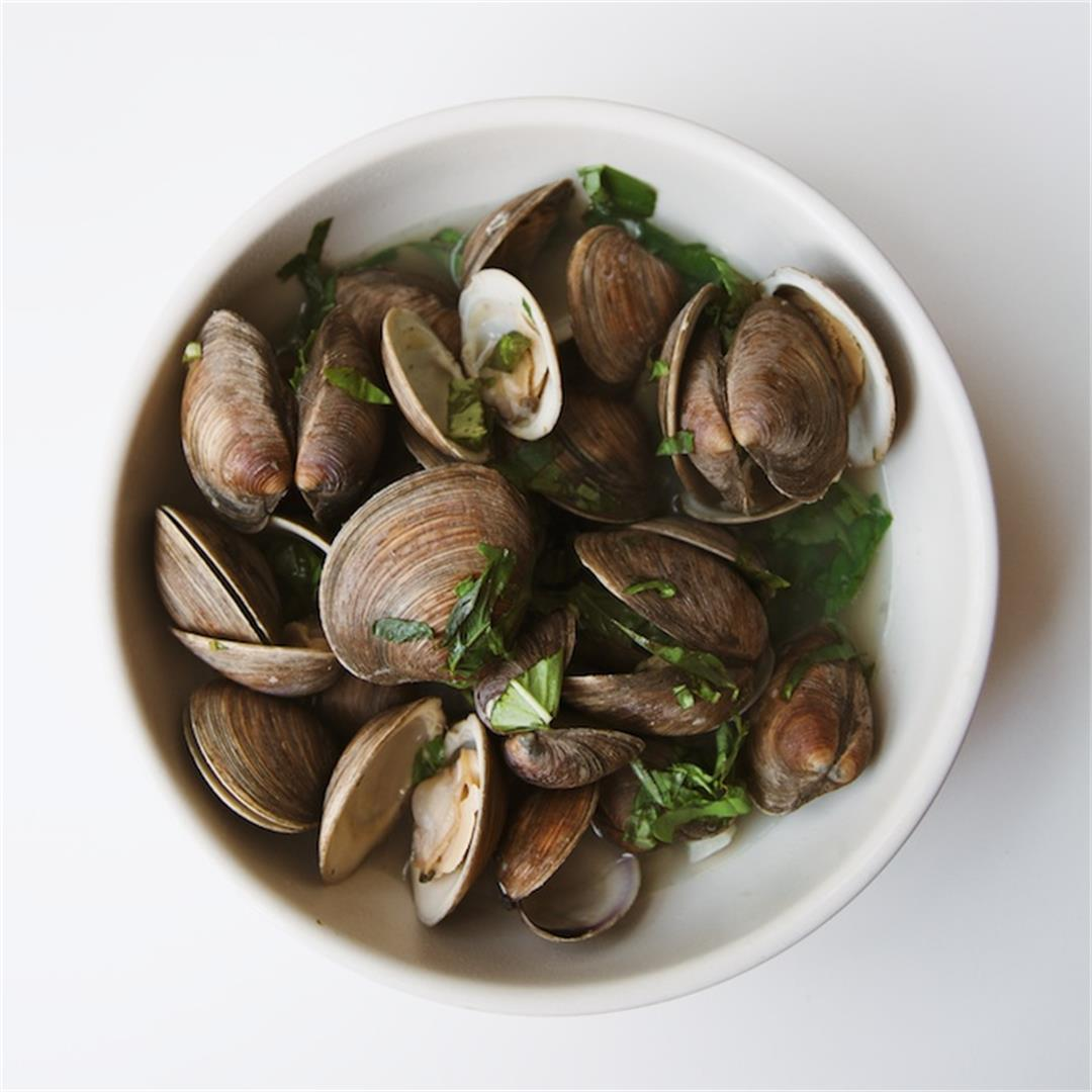 Steamed Littleneck Clams with Basil and Garlic