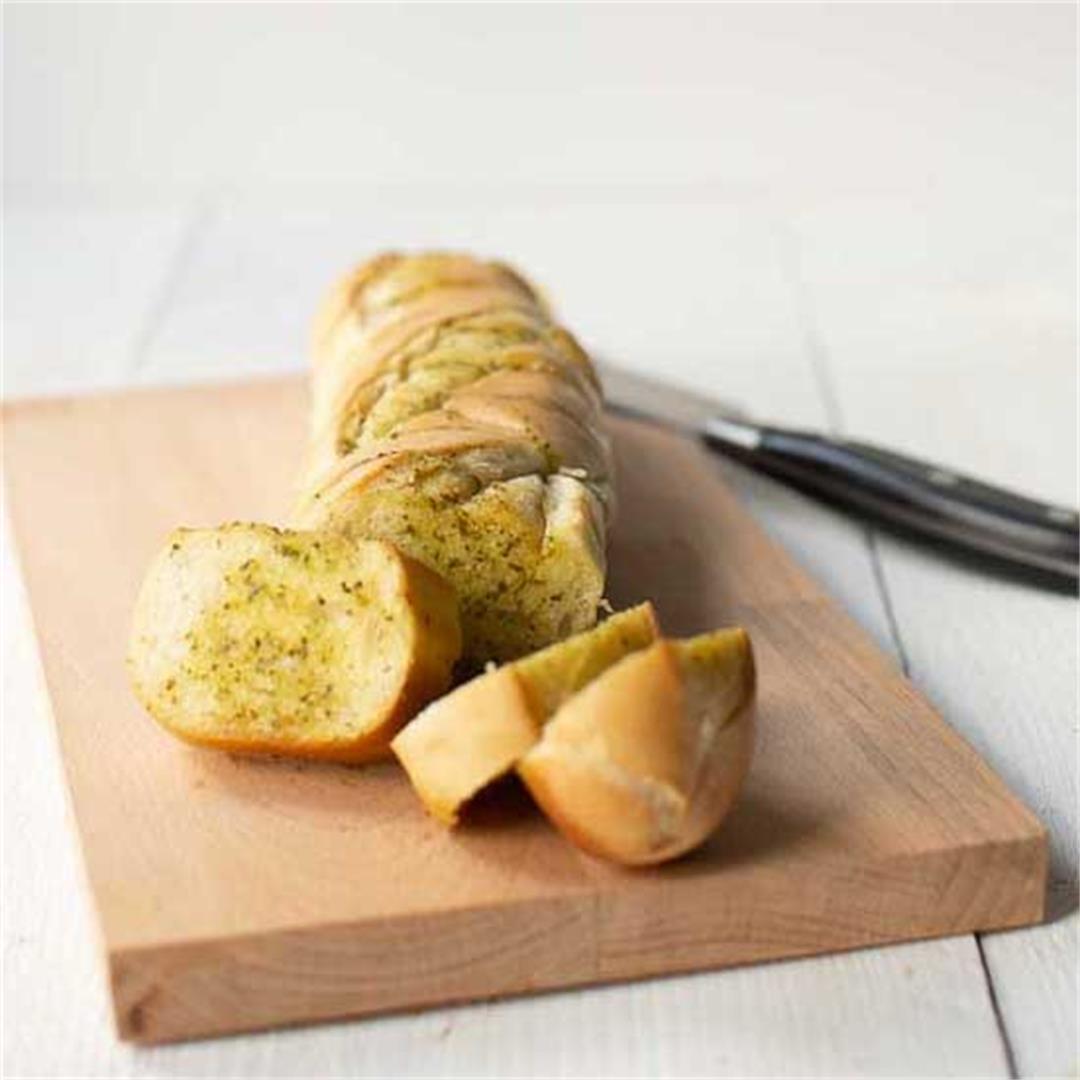Easy garlic bread with pesto