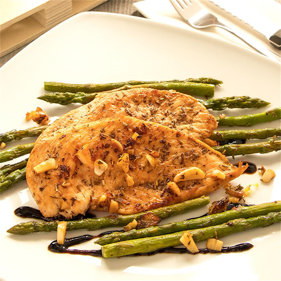 15-Minutes Pan-Fried Chicken Breasts with Asparagus