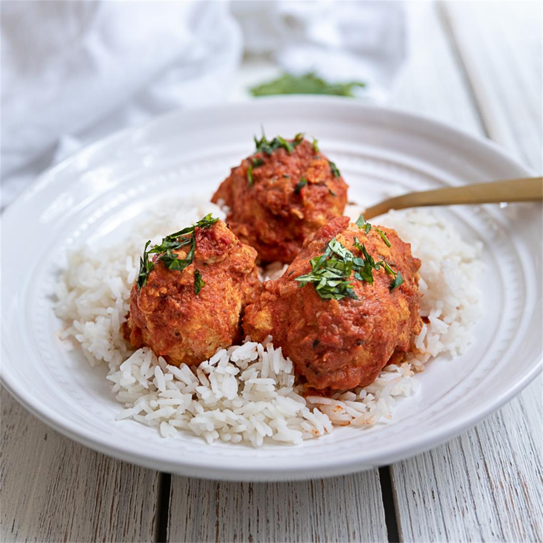 Easy to prepare meatballs in a spicy red curry sauce
