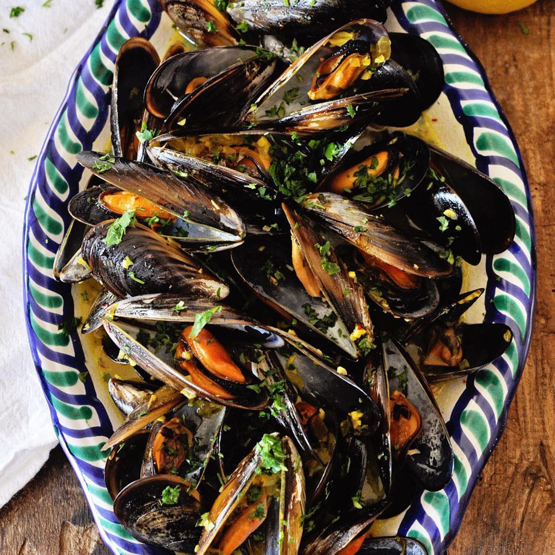 Steamed Mussels with Garlic Saffron Sauce