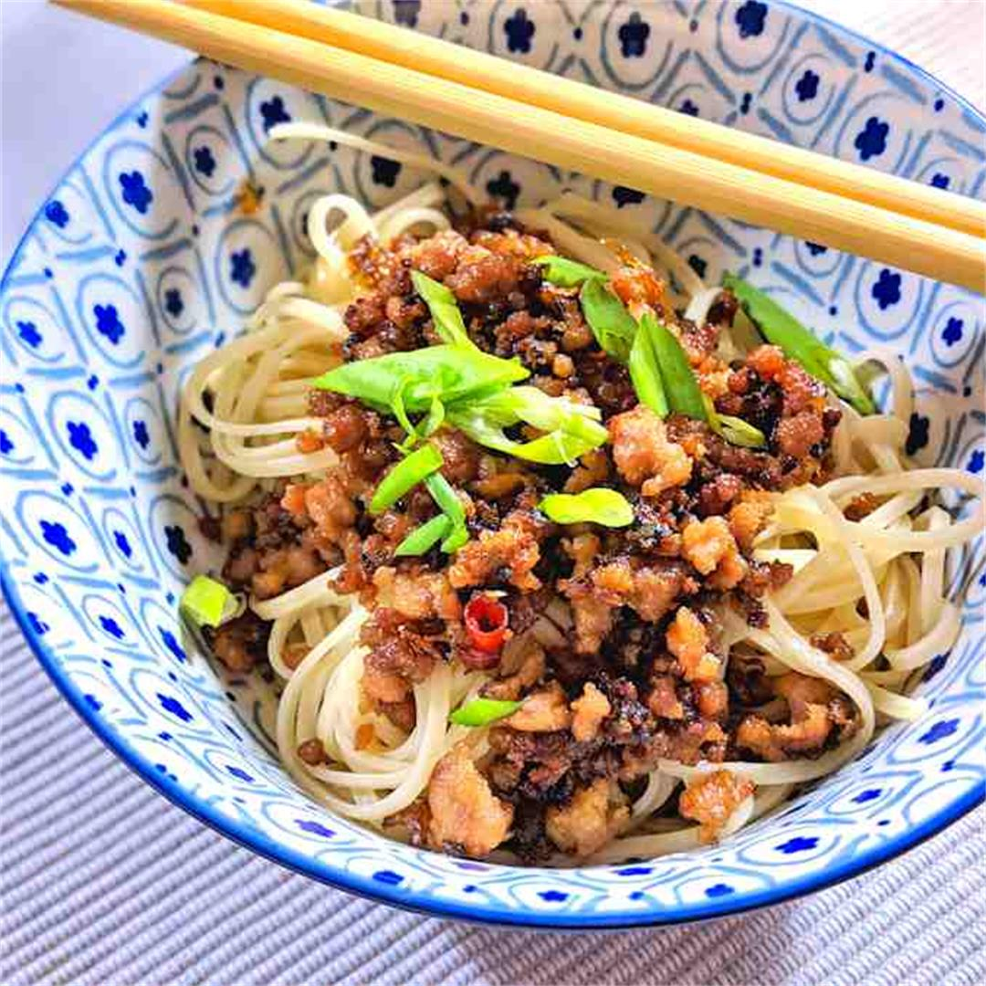 Crispy minced pork with noodles