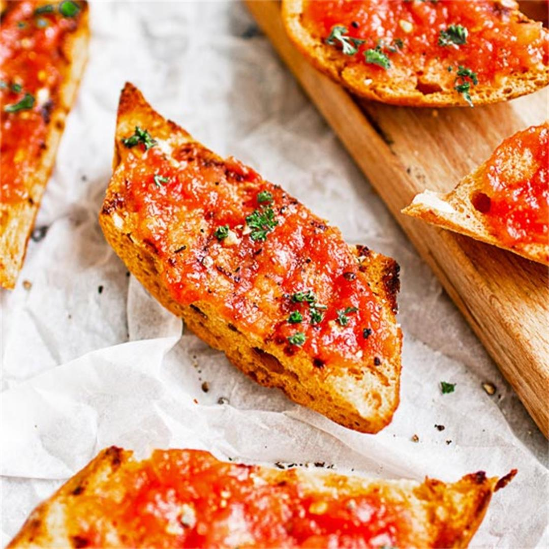 Spanish toast with tomato (Pan con tomate)