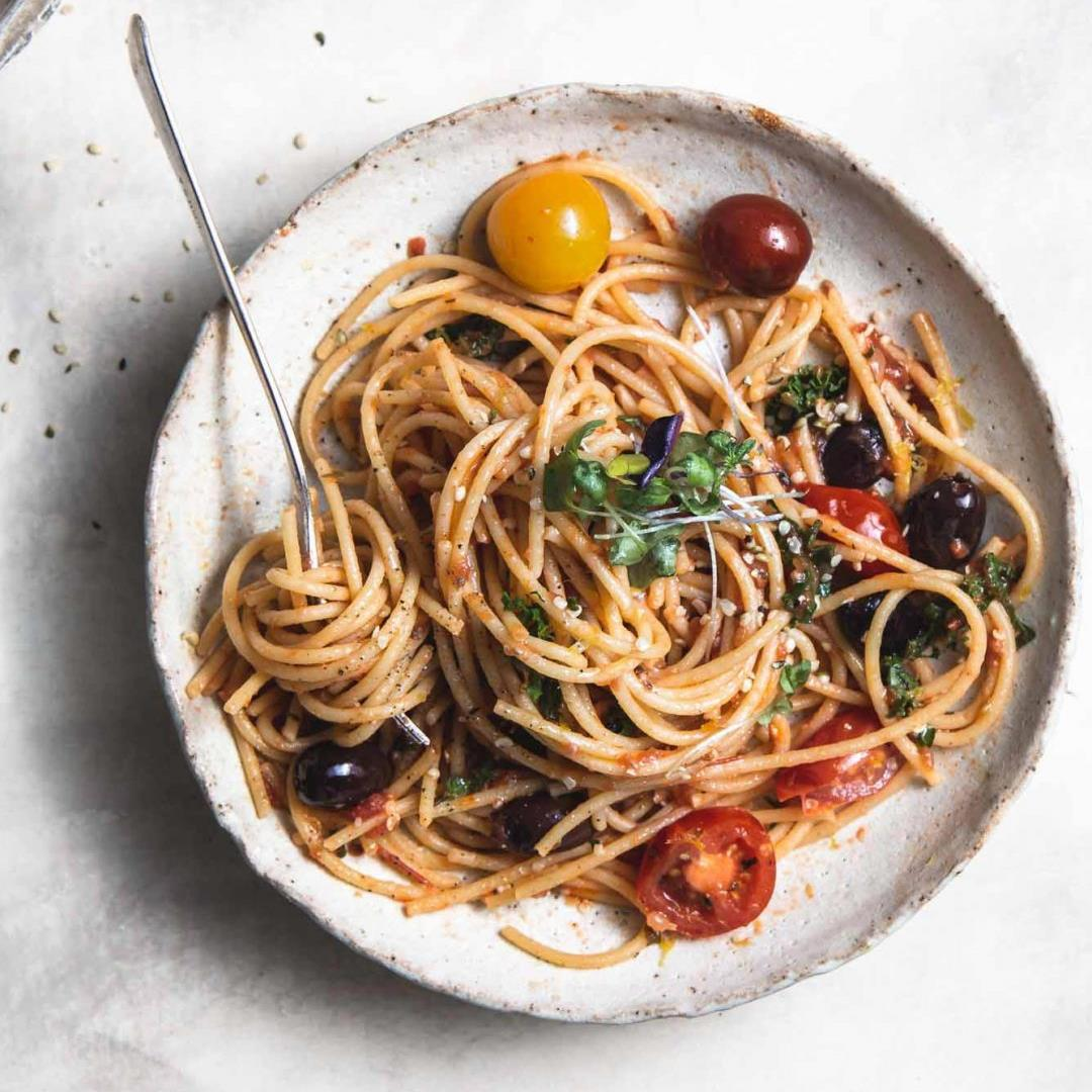 vegan one-pot tomato olive & lemon spaghetti