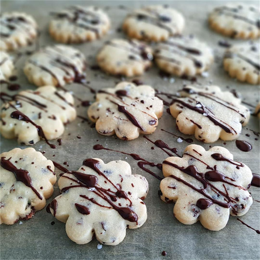 sablé biscuits with cocoa nibs