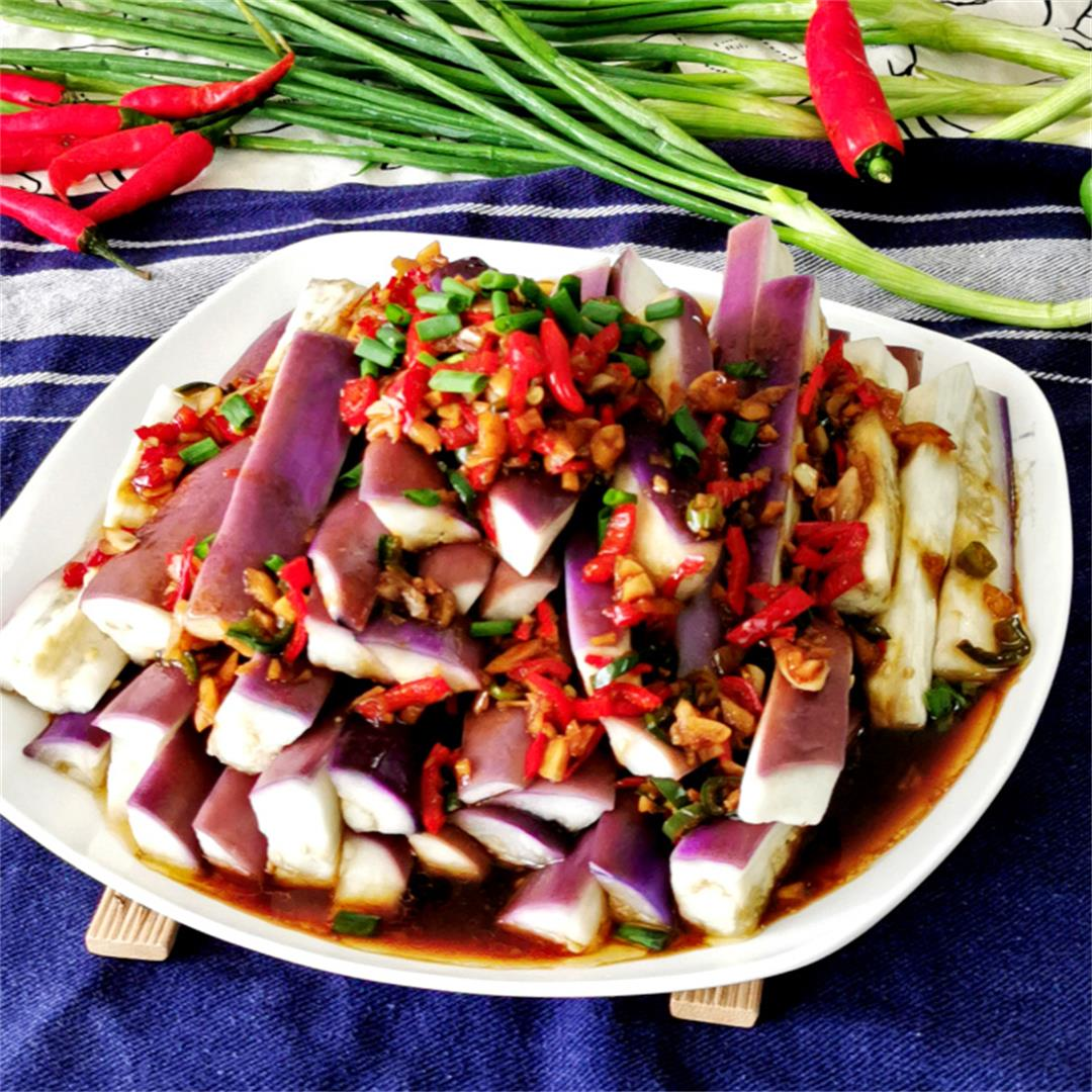 Steamed eggplant with garlic sauce