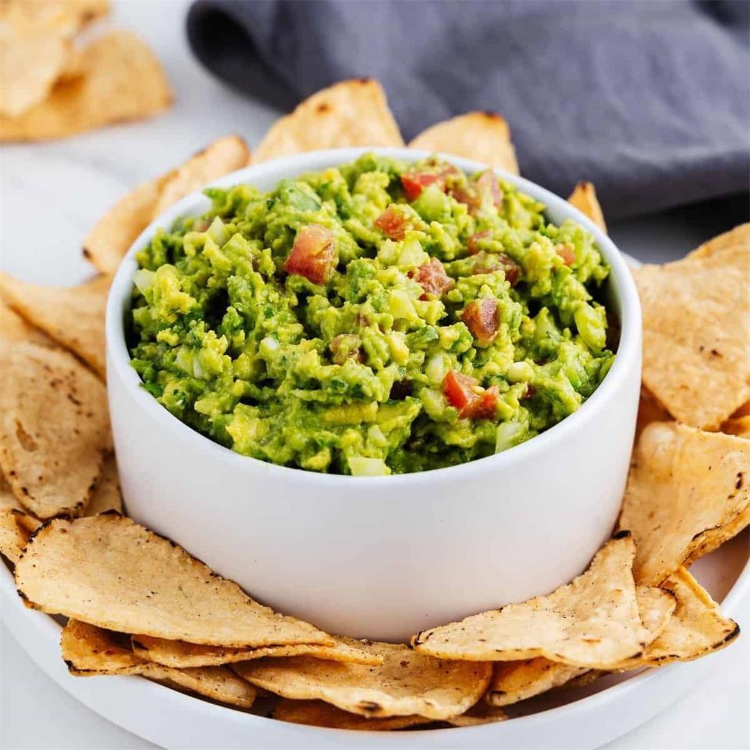 How to Make Guacamole (Easy Guacamole Recipe)