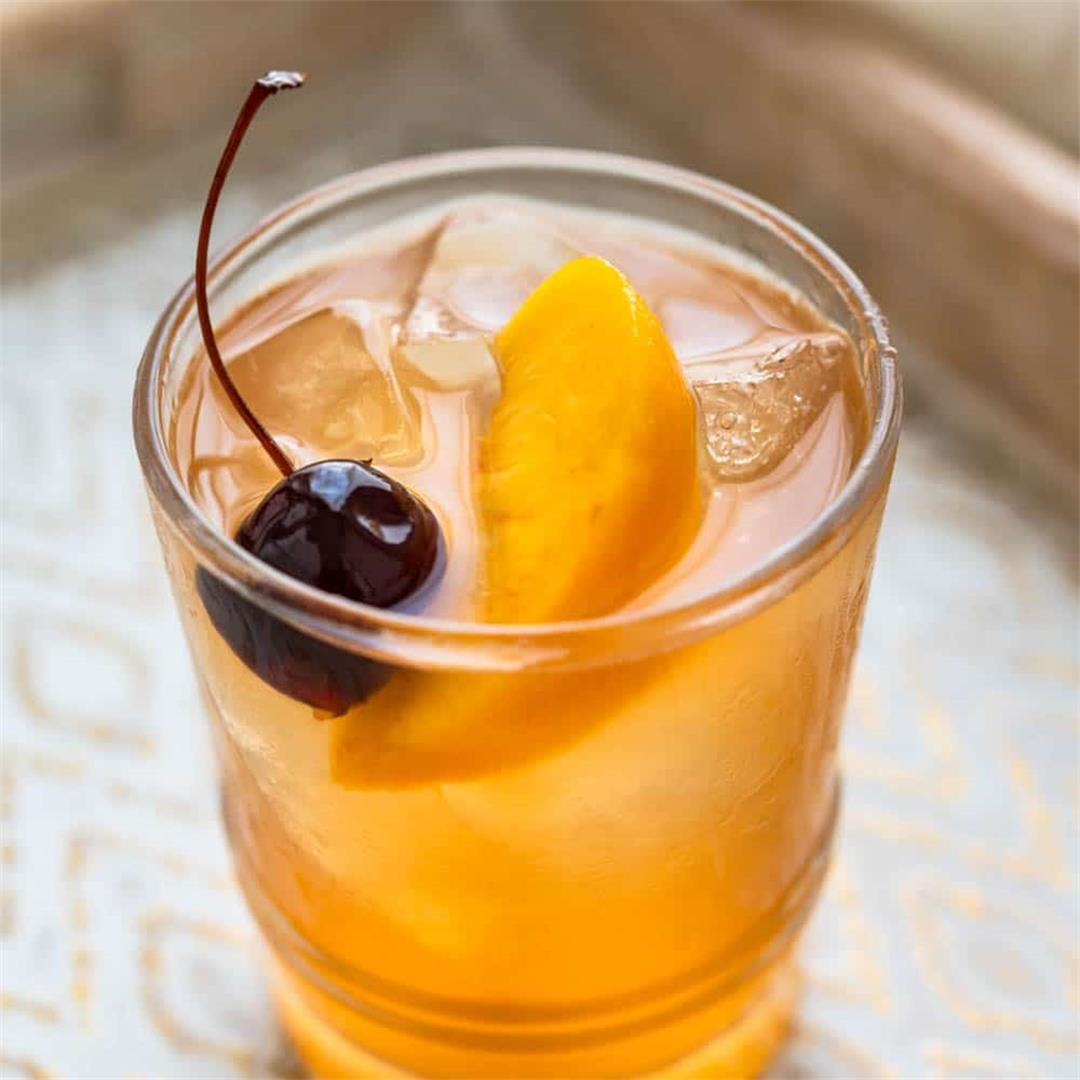 Fresh peach bourbon sour (A summer whisky sour cocktail)